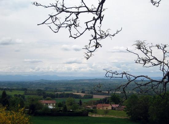 Auvergne, Frankreich: View across to the Puy de Dôme