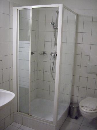 Szent Janos Hotel: Dormer bathroom