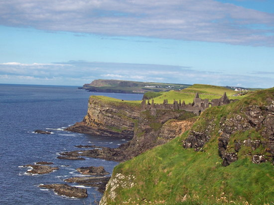 Noord-Ierland, UK: Dunluce Castle Ruins (used for the cover of Led Zeplin's Houses of the Holy album)
