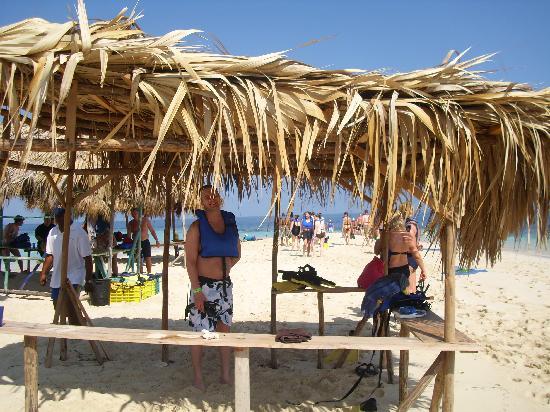 Paradise Island & The Mangroves (Cayo Arena): tiki hut with gear