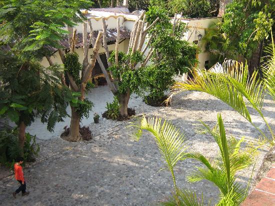 Hacienda Vista Hermosa: View of a walking path
