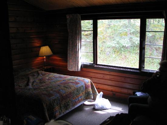 Miette Hot Springs Resort: The equally rustic but charming bedroom