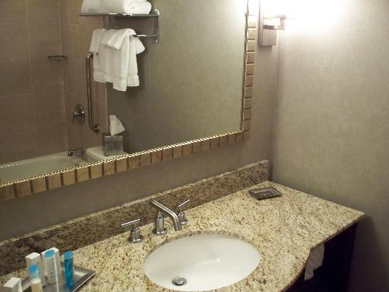 راديسون هوتل في جامعة توليدو: big fluffy towels in the bathroom