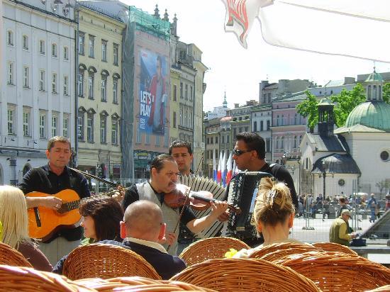 Krakow, Polandia: Street buskers in Rynek Glowny