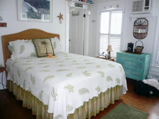 Mango Tree Inn: Our room, fresh flowers on the bed