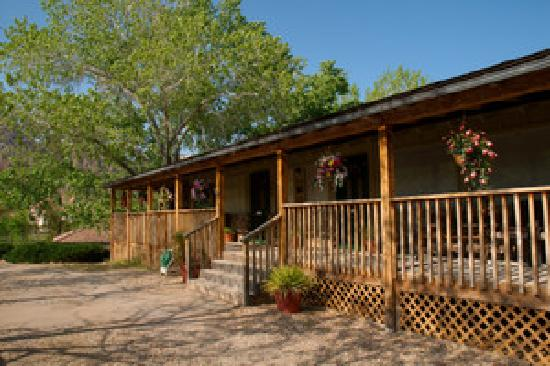Canyon Vista Lodge - Bed & Breakfast: the front porch