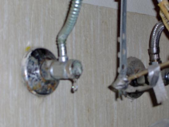 Vagabond Inn San Jose (SJC Airport): Leaking sink valve