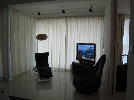 BYD Lofts Boutique Hotel & Serviced Apartments: Living room - TV and lounge chair