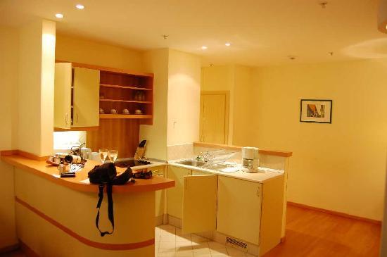 Mamaison Residence Izabella Budapest: Kitchen and Foyer/Entrance