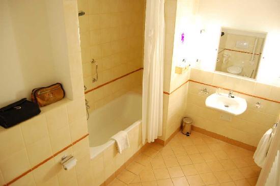 Mamaison Residence Izabella Budapest: Bathroom