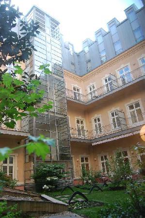 Mamaison Residence Izabella Budapest: Courtyard Garden
