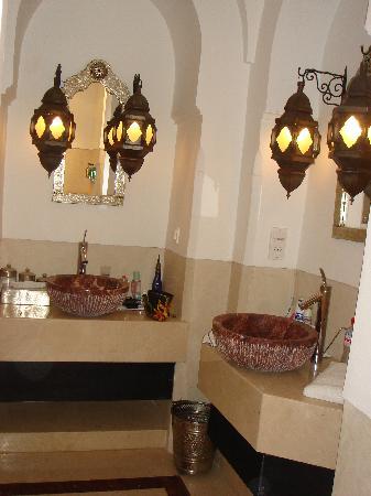 Riad Farnatchi: Basins in shower room