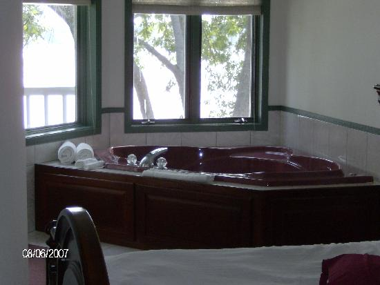 Snug Harbor Inn: Hot tub