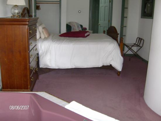 Snug Harbor Inn: Bedroom from Hot tub