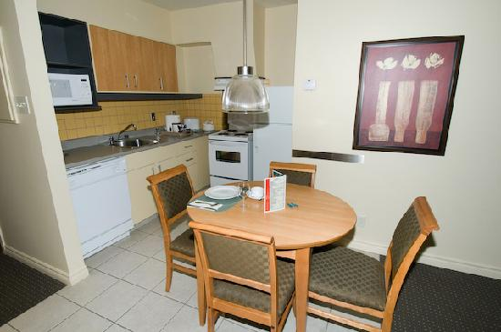 Le Square Phillips Hotel & Suites : Room - dining and kitchen