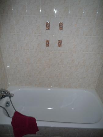 Hotel Diana: Tub