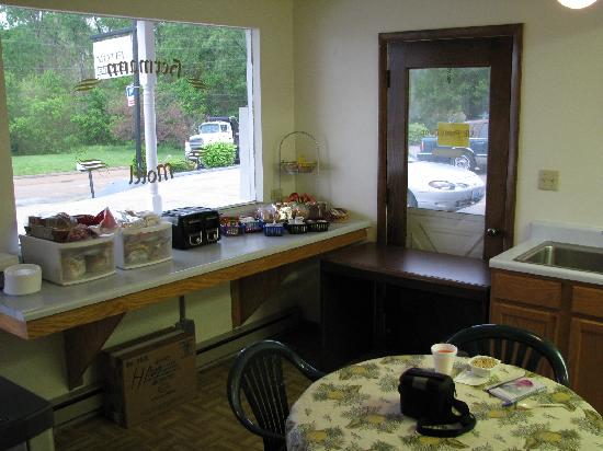 Hermann Motel: Small but smartly presented breakfast area with plenty of variety
