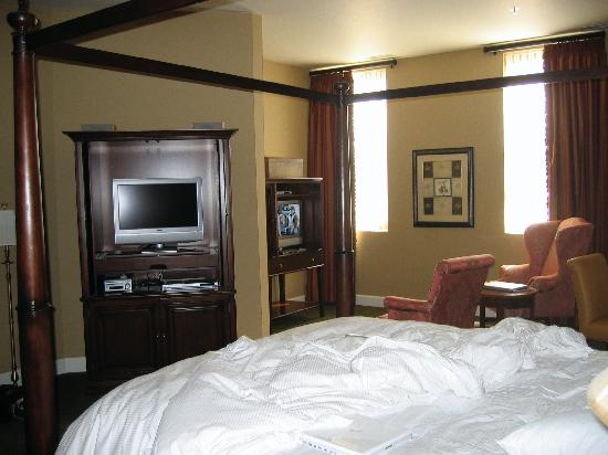 The Delafield Hotel: Room with 2 TVs!