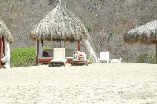 Punta Serena: Beach double chaise palapa