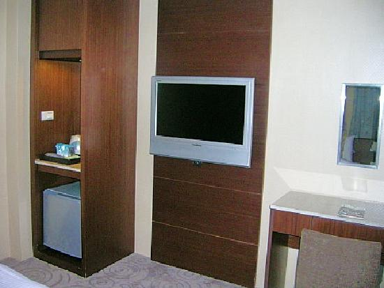 Luckynews Classic Hotel: TV/fridge area