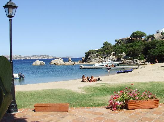 Porto Rafael, Italia: La spiaggia adiacente alla piazza