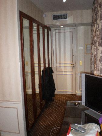 Hotel San Regis: Room 9 hallway/closets