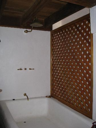 Alfiz Hotel: Shower in the Independence room