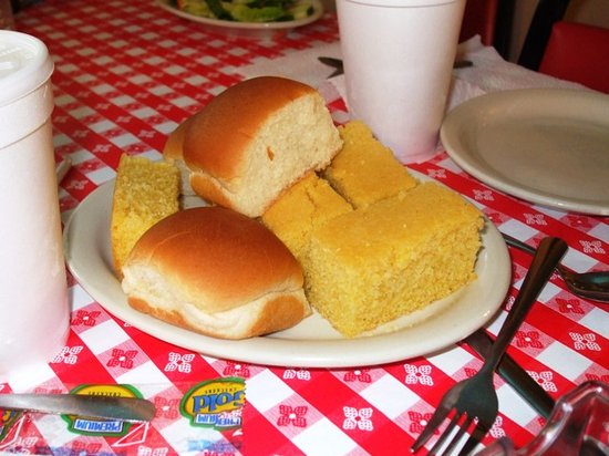 Mel's Country Cafe: Complimentary cornbread and rolls