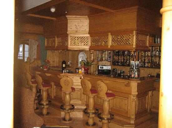 Hotel Berghof Zermatt : The bar area.