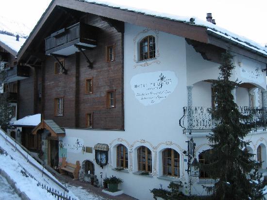 Hotel Berghof Zermatt: Front of the hotel.
