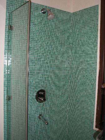 B Nineteen (B-19) Bed & Breakfast: bathroom