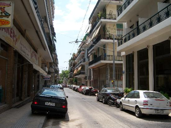Oscar Inn: the street the hotel is on..dont get alarmed, all the street in Athens look like this