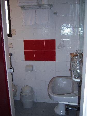 Oscar Inn: the bathroom