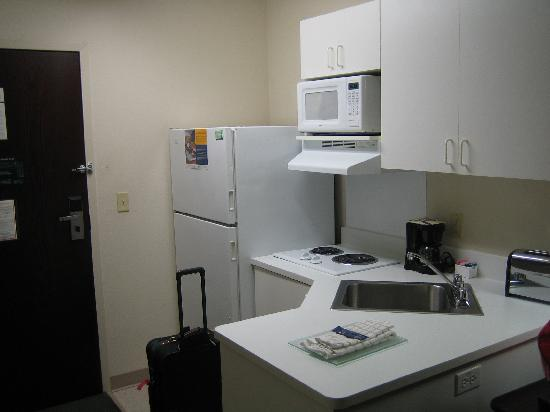 Extended Stay America - Great Falls - Missouri River: Refrigerator and range in kitchen