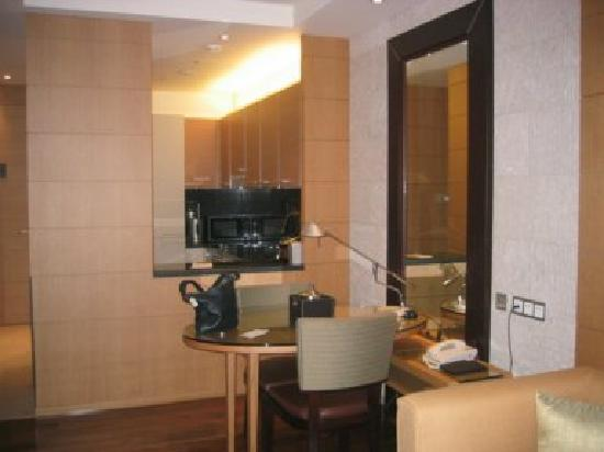 Yeouido Park Centre, Seoul - Marriott Executive Apartments : Dining area with kitchen in the background