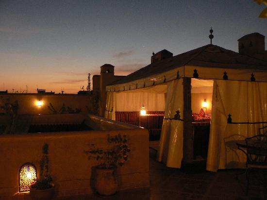 Riad Elnoujoum : El Noujoum; roof terrace with bedouin tent