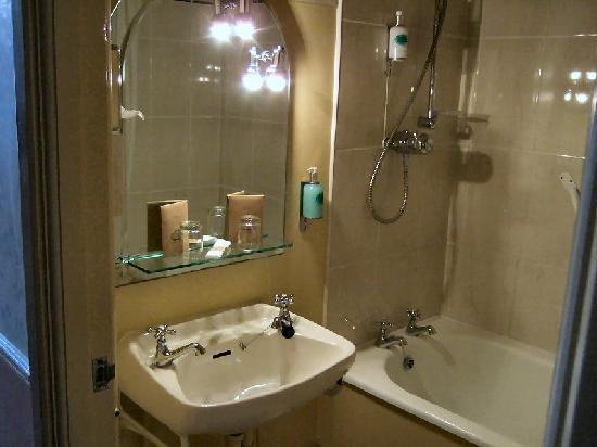 Club House Hotel: Bathroom