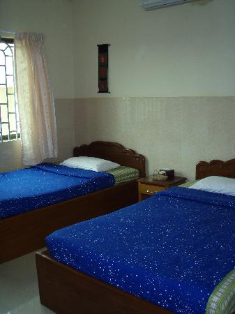 Mingalar Inn: clean & spacious room