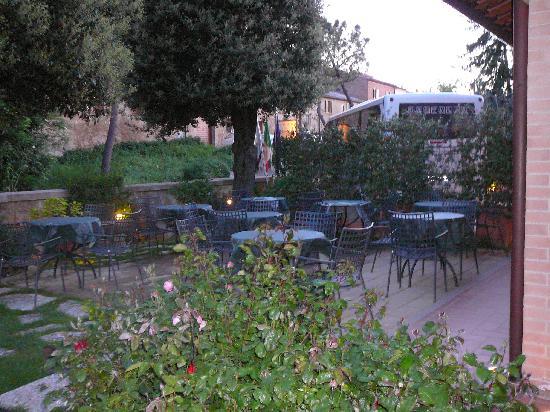 Piccolo Hotel La Valle Pienza: Seating area outside