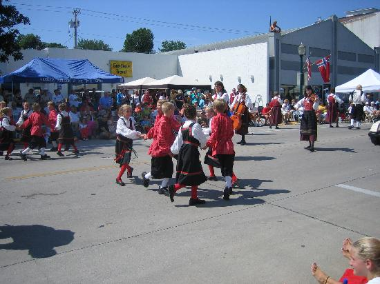 Vesterheim: The nordic dancers during nordic fest