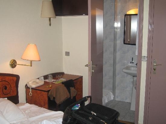 Plug-Inn Hostel : utrillo bed & shower
