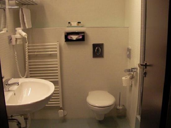 Prague Inn: baño