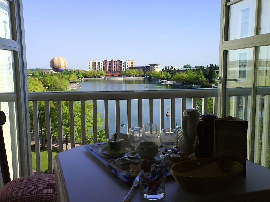 ptit d j sur le balcon vue sur lac disney picture of disney 39 s newport bay club chessy. Black Bedroom Furniture Sets. Home Design Ideas