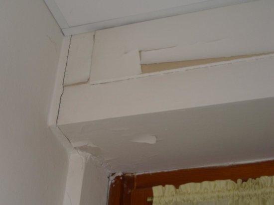 Hotel Vico Alto: Bathroom peeling paint
