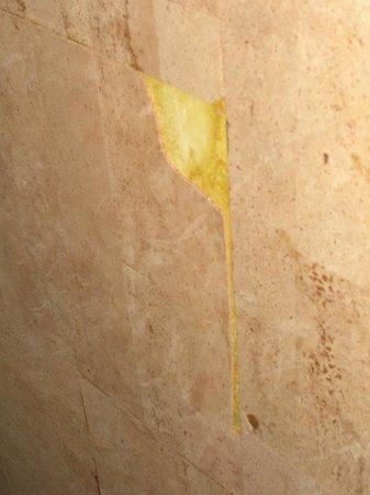 Hotel Vico Alto: hall - peeling cork tiles