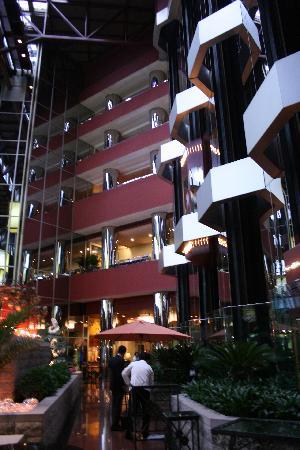 The Great Wall Hotel: Ascensores con vista al restaurante