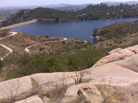 Escondido, Californië: A view of the lake from Daley Ranch. The spillway is on the left