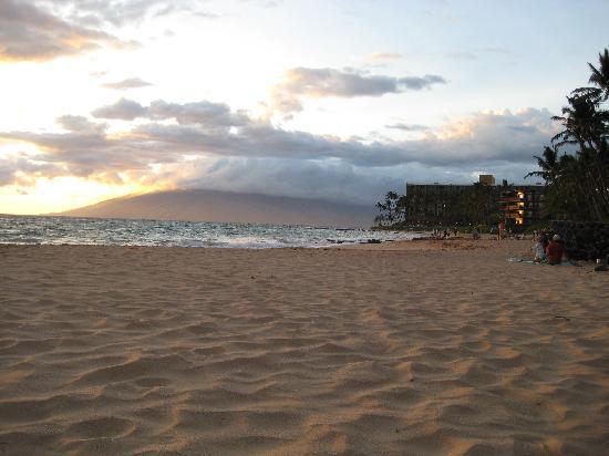 Keawakapu Beach: Sunset at Keawakapu, looking toward West Maui