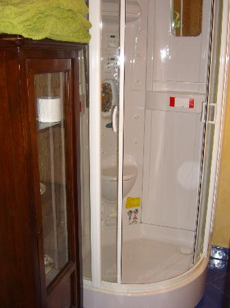 Tornabuoni La Petite Suite : shower