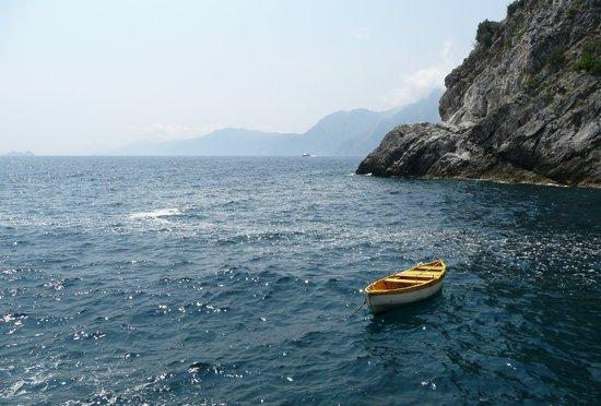 Costa de Amalfi, Italia: A small fishing boat in the bay near Torre di Grado